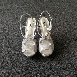Shoes - Fioni fashion shoe size 6 shimmery in color